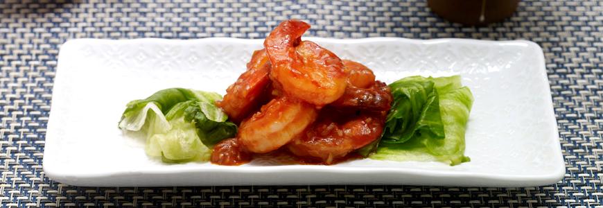 King prawns in spicy sweet sauce on iceberg leaves : Kikkoman Europe
