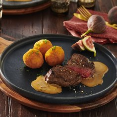 Fillet steaks in fig and mustard sauce