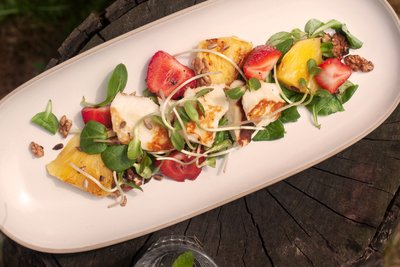 Salad with grilled halloumi cheese and pineapple