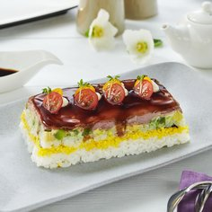 Sushi cake with roast beef and avocado